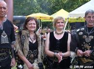 Вождь Руга  (справа) с супругой Гуделивой (вторая слева) с соплеменниками