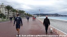 ©B. ROMANKIEWICZ - NICE 28/11/2020 CONFINEMENT 2. CE SAMEDI LES FRANCAIS ONT DESORMAIS DROIT AUX SORTIES DE 3H ET 20KM. LE MAUVAIS TEMPS A EU RAISON DE LA MOBILITE DES NICOIS. LE BORD DE MER ETAIT INACCESSIBLE POUR LA PLUPART (AVEC LA RESTRICTION D'1KM° EST RESTE DESERT EN MATINEE. LES NICOIS ONT EN REVANCHE OPTE POUR LE SHOPPING, L'ARTERE PRINCIPALE ETAIT BONDEE La Promenade des Anglais plutôt déserte - Nice, France, nov 28th 2020 - confinement in France. Today a new phase with easing of restrictions. We can now go out 3 hours and 20 km from home. On the Côte d'Azur, the weather was right for walks, but not shopping