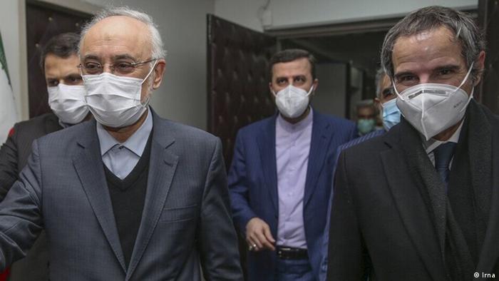 رافائل گروسی، مدیر کل آژانس بینالمللی انرژی اتمی و علی اکبر صالحی، رئیس سازمان انرژی اتمی ایران، عکس از آرشیو