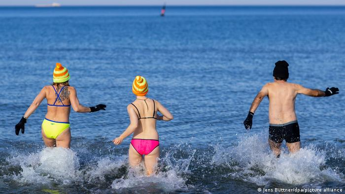 Mada je ovih dana u Nemačkoj neobično toplo i sunčano, ovi kupači u Varnemindeu su ipak posebno hrabri i istrenirani - članovi kluba ledenih kupača. Temperatura Baltičkog mora je samo 2 stepena. Kažu da je to zdravo.