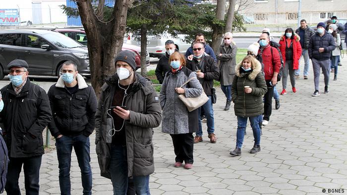 Хора чакат на опашка да бъдат ваксинирани