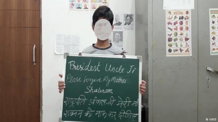 Indien Shabnam's Sohn mit einem Plakat