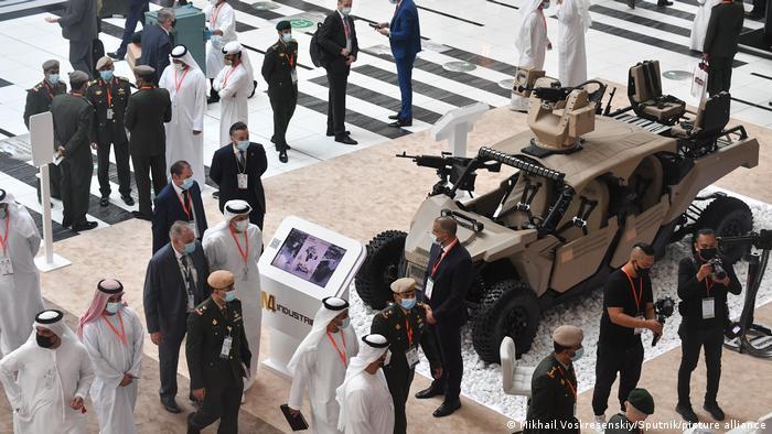 بهرغم کاهش درآمدها، امارات متحده عربی در همان نخستین روز این نمایشگاه اقدام به خرید یک میلیارد و ۳۶۰ میلیون دلار جنگافزار کرد. امارات با کشور آفریقای جنوبی برای خرید پهپاد و همچنین با صربستان برای خرید توپخانه قراردادهایی به امضاء رسانده است.