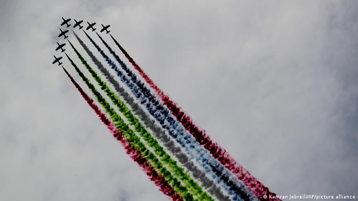 پیش از گشایش این نمایشگاه که روز یکشنبه ۲۱ فوریه (۳ اسفندماه) افتتاح شد، جنگندههای نیروی هوایی ارتش امارات متحده عربی دست به انجام پروازهای نمایشی زدند.