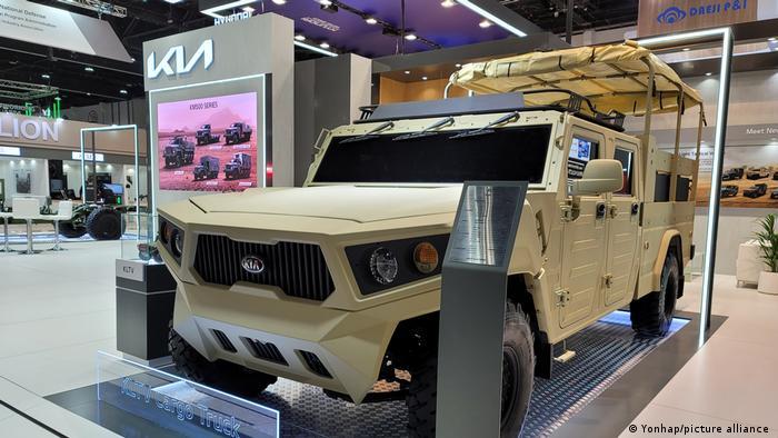 در کنار کشورهایی چون روسیه، آمریکا، چین یا آلمان که از تولیدکنندگان بزرگ تسلیحات در جهان محسوب میشوند، کشورهایی چون کره جنوبی در نمایشگاه نظامی ابوظبی حضور یافتهاند تا محصولات خود از جمله خودروهای نظامی و زرهپوش را عرضه کنند.