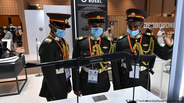 بخشی از نمایشگاه نظامی ابوظبی به سلاحهای سبک اختصاص دارد. تصویر: افسران ارتش امارات متحده عربی در حال بررسی یکی از مسلسلهای عرضهشده در نمایشگاه.