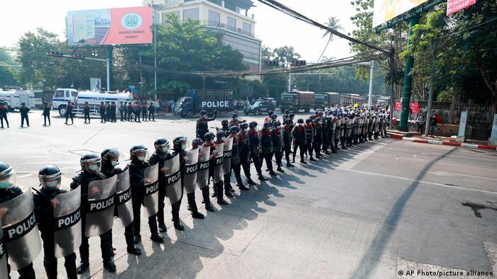 Policiais antiprotesto bloqueiam avenida em Yangon, Myanmar. Facebook denuncia violência dos militares em Myanmar e os proíbe de usar suas redes sociais.