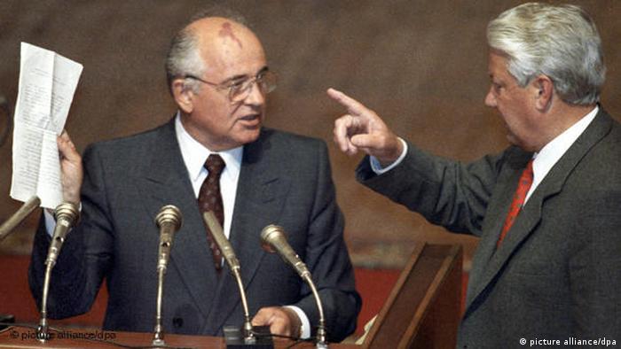 گورباچف پس از بازگشت به قدرت دریافت که نه نهادهای قدرت در اتحادیه کشورهای مشترک المنافع و نه روسیه به فرمانهای او عمل نمیکنند و عملا بوریس یلتسین قدرت را به دست گرفته است. از سوی دیگر گورباچف مجبور شد بسیاری از اعضای دفتر سیاسی را اخراج و افراد گروه هشت که شامل هشت نفر از رهبران کودتا بودند را دستگیر کند. نهایتا گورباچف در روز ۲۵ دسامبر ۱۹۹۱ استعفا داد.