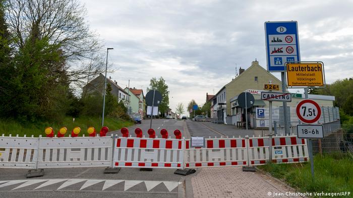 Alemanha impõe controles na fronteira com a região de Mosela, na França, para frear casos de variantes do coronavírus. Rua fechada por cancelas em Lauterbach, na fronteira entre os dois países.
