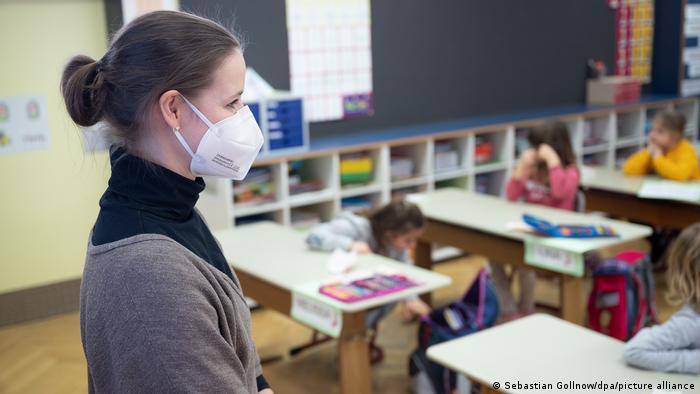 Учительница в маске