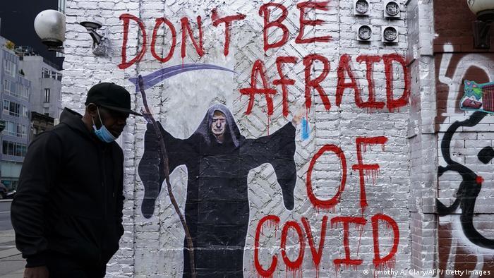 دیوارنگارهای در شهر نیویورک با چهره دونالد ترامپ، رئیس جمهور پیشین آمریکا در هیبت عزرائیل که میگوید از کووید نترسید.
