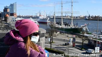 Женщина в маске в Гамбурге