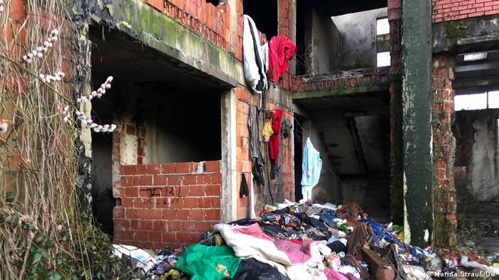 Fábrica dilapidada, lixo