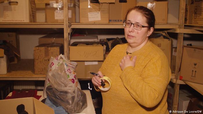 Mulher de óculos num depósito