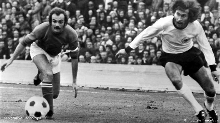 بول بريتنر (يمين) يقاتل مع المهاجم الإيطالي ساندرو مازولا (يسار) على الكرة (photo-alliance / dpa)