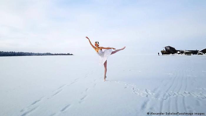 Ilmira Bagautdinova, bailarina del renombrado teatro ruso Mariinsky, baila en la bahía congelada de Batareinaya, en el golfo de Finlandia, para protestar contra la construcción de un puerto para el envío de cereales. Los activistas denuncian que la bahía es parte de una zona protegida de vida silvestre, donde viven especies raras de plantas y animales, algunos en grave peligro de extinción.