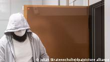 24.02.2021 *** Abu Walaa, mutmaßlicher Anführer der Terrormiliz Islamischer Staat (IS) in Deutschland, kommt in das Oberlandesgericht (fotografiert durch eine Glasscheibe). Der Hassprediger und drei Mitangeklagte sollen junge Leute radikalisiert und in IS-Kampfgebiete geschickt haben. Im Prozess wird das Urteil erwartet.
