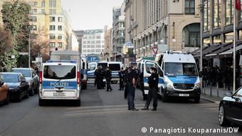 Δεκάδες αστυνομικοί είχαν αποκλείσει το χώρο μπροστά από το προξενείο