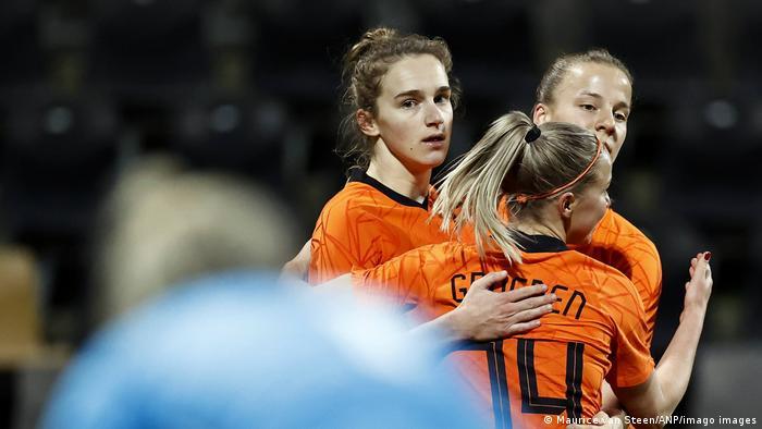 Vivianne Miedema and Jackie Groenen celebrate a goal