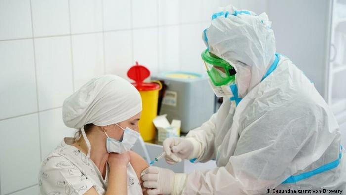 Завідувачка інфекційного відділення лікарні у Броварах Тетяна Шульженко під час вакцинації
