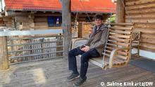 Deutschland Corona-Pandemie | Ferienwohnungen im Eifeldorf Gemünd. Vermieter Jan Lehmann sitzt auf der Terrasse eines seiner Häuser auf einer Schaukel.