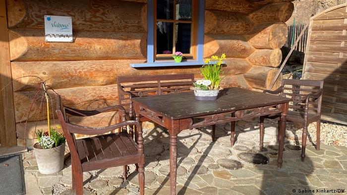Deutschland Corona-Pandemie   Tisch mit drei Stühlen vor einem Ferienhauus im Eifeldorf Gemünd