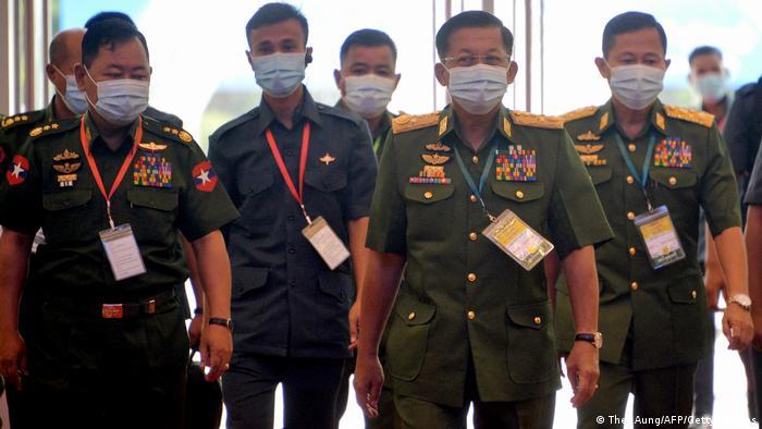 General Min Aung Hlaing (Zweiter von rechts) und Getreue bei einer Veranstaltung im August 2020 in Naypyidaw
