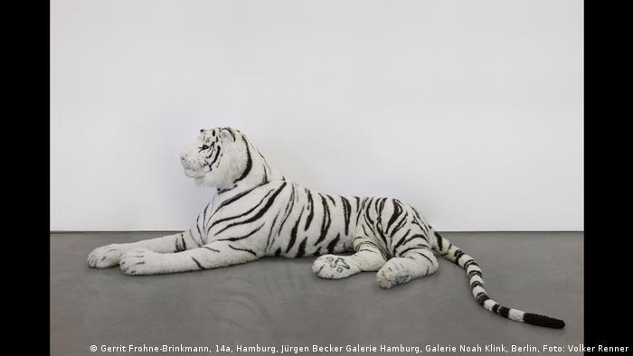 Ein großer Stoff-Tiger von Gerrit Frohne-Brinkmann in der Ausstellung Wild/Schön in der Kunsthalle Emden.