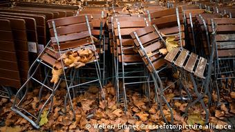 Сложенные в кучу столы и стулья закрытого из-за локдауна кафе в Штутгарте