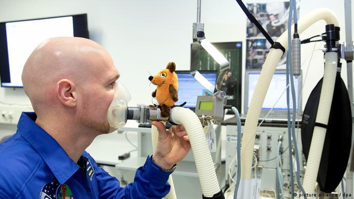 Мышь и немецкий астронавт Александр Герст в 2014 году готовятся к полету в космос