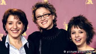 Jasmila Žbanic, Mirjana Karanović i Luna Mijović pri dodjeli Zlatnog medvjeda u Berlinu 2006.