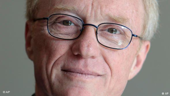 Der israelische Schriftsteller David Grossmann posiert am Sonntag, 25. April 2010, im Rathaus von Bremen. Grossmann wird am Abend mit dem 40.000 Euro dotierten Literaturpreis Albatros ausgezeichnet. (apn Photo/Joerg Sarbach) ---Israeli narrator David Grossmann, center, and German translator Anne Birkenauer, right, pose together with laudator Frank-Walter Steinmeier, former German Minister for foreign affairs, left, in Bremen, northern Germany, on Sunday, April 25, 2010. Grossmann an Birkenauer will receive the prize for literature Albatros in the evening.(apn Photo/Joerg Sarbach)