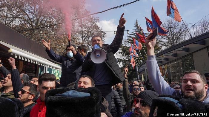 Paşinyan'ın istifasını talep eden göstericiler