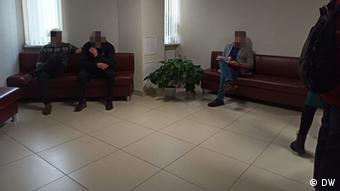 Потерпевшие военнослужащие-спецназовцы Роман Гаврилов и Арсений Голицин (на диване слева) в ожидании решения суда