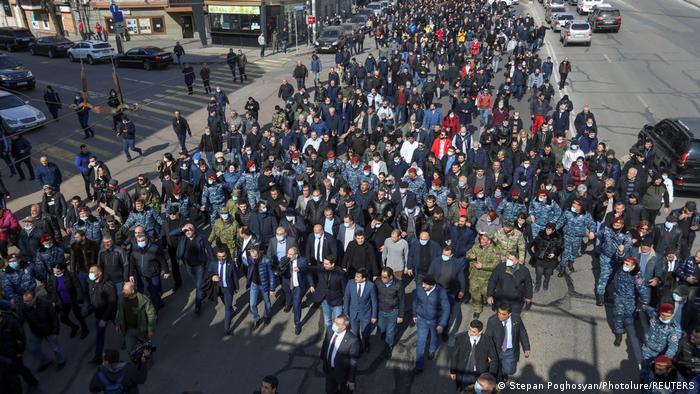 Armenien Jerevan | Premierminister Nikol Pashinyan und Unterstützer