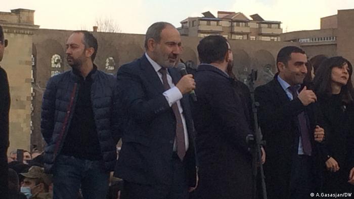 Премьер-министр Армении Никол Пашинян и его сторонники на митинге в Ереване