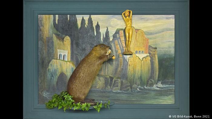 Daniel Spoerris Assemblage zeigt einen Biber, der einer goldenen Frauenskulptur nachstellt.
