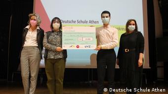 Το τσεκ των 15.000 ευρώ του βραβειου κρατούν οι μαθητές Αλίκη Πορτοσάλτε και Αριστομένης Ζευς Κοττάτης. Μαζί τους οι καθηγήτριες Ρεγγίνα Βίρζινγκερ και Έλενα Κουμεντάκου