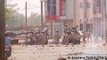 Niger Bereitschaftspolizisten nehmen Demonstranten in Niamey fest
