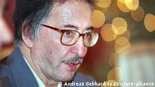 Der ehemalige iranische Staatspräsident Abolhassan Banisadr bekräftigt auf einer Pressekonferenz am Freitag (18.12.1998) in Mainz seine Ansicht, daß die Regierung in Teheran hinter den Mordanschlägen steckt. Die jüngsten Morde an Intellektuellen im Iran sollten nach Ansicht Banisadrs von einer internationalen Kommission untersucht werden. dpa (Zu dpa lrs 063 vom 18.12.1998) +++ dpa-Bildfunk +++