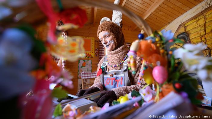 La oficina de correos reabrió en la Alta Lusacia (Oberlausitz), sureste de Alemania. Este año, Doña Liebre Orejilarga (Lotti Langohr) tuvo que saltar sobre la nieve para recoger las primeras cartas de niños y adultos de todo el mundo. Junto con su esposo, Don Olli Conejo de Pascua (Olli Osterhase) atiende las cuitas de niños en el Centro Querxenland, un centro infantil y juvenil.