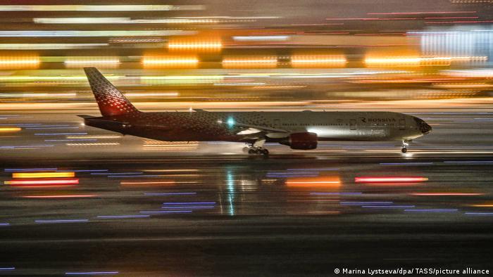 Eine Boeing 777 der Rossija Airlines - hier als Passagiermaschine - auf dem Moskauer Flughafen Scheremetjewo (Archiv)