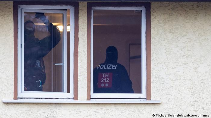 Polizisten durchsuchen ein Haus, das der rechten Szene zuzuordnen ist