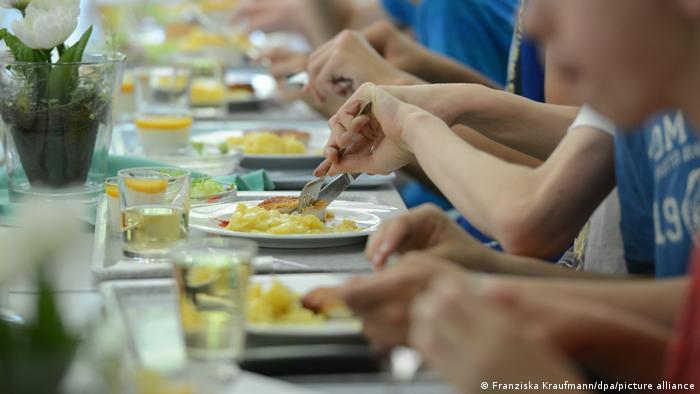 Діти їдять у шкільній їдальні