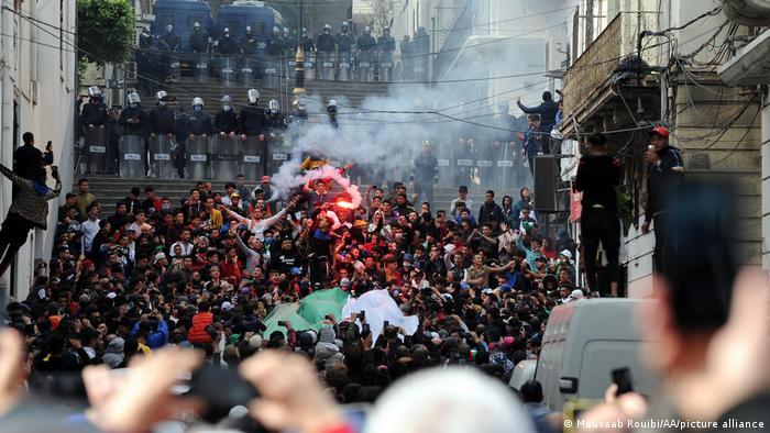 """""""Građanska, a ne policijska država"""" – to su u petak uzvikivale hiljade ljudi u Alžiru, glavnom gradu istoimene države. Okupili su se, uprkos zabrani, da obeleže drugu godišnjicu pokreta koji je oterao dugogodišnjeg vladara Abdelaziza Butefliku. Ali nije smenio sistem koji postoji od nezavisnosti 1962. Policija je upotrebila suzavac kada su demonstranti hteli do Glavne pošte, simbola protesta."""