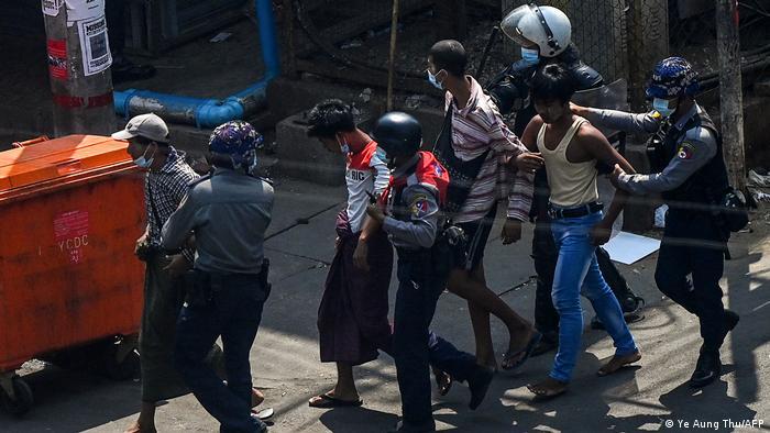 Foto de policías de Birmania mientras capturan a manifestantes