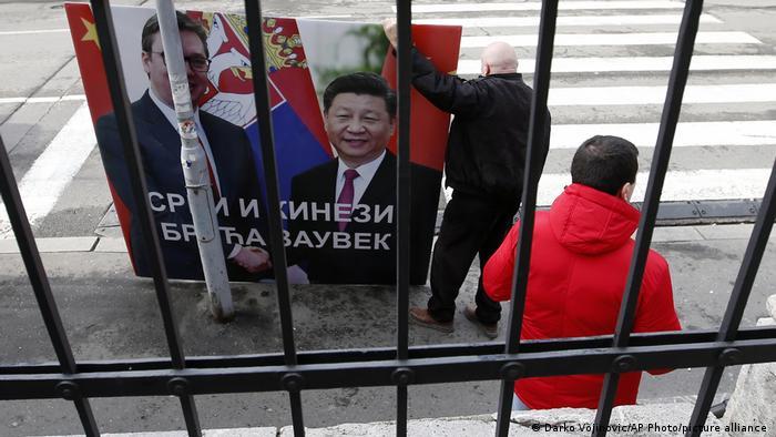 Srbi i Kinezi braća zauvek piše na plakatu na kojem se rukuju Aleksandar Vučić i njegov kineski kolega Xi Jinping