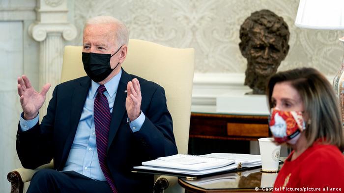 Joe Biden e Nancy Pelosi na Casa Branca. O presidente dos Estados Unidos, Joe Biden, conquistou sua primeira vitória legislativa com a aprovação da Câmara dos Representantes a um pacote de ajuda de 1,9 trilhão de dólares para enfrentar a crise econômica provocada pela pandemia de covid-19. A proposta segue para o Senado, onde os democratas planejam uma manobra legislativa para aprová-la sem precisar do apoio de republicanos. (27/02)