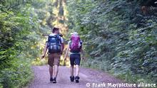 Zwei Wanderer gehen auf dem Hexenstieg im Harz, aufgenommen am 31.05.2018 bei Osterode. Foto: Frank May/picture alliance (model released) || Modellfreigabe vorhanden