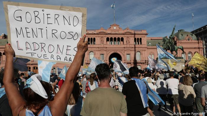 Foto de protestas frente a la Casa Rosada de Argentina